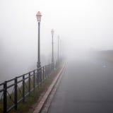 有雾的闪亮指示老路 库存图片