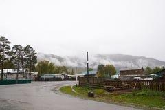 有雾的阿尔泰村庄在山 免版税库存图片