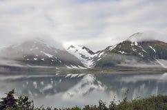 有雾的阿拉斯加风景湖、山和森林 库存照片