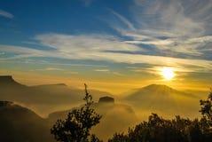 有雾的风景日出 免版税库存图片