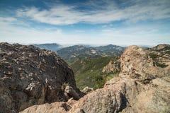 有雾的马利布和太平洋看法从砂岩峰顶,圣塔蒙尼卡山全国度假区,加州山顶  库存照片