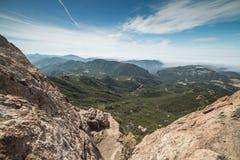 有雾的马利布和太平洋看法从砂岩峰顶,圣塔蒙尼卡山全国度假区,加州山顶  免版税库存图片