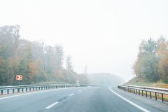 有雾的高速公路在高速公路 库存照片