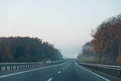 有雾的高速公路在高速公路 免版税库存照片