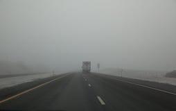 有雾的高速公路 免版税库存图片