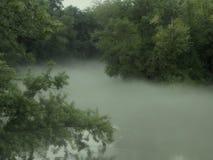有雾的绕河 库存图片