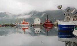 有雾的- Honningsvag港口色的渔船-挪威 库存照片
