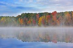 有雾的Autumn深湖 免版税库存照片