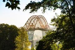 有雾的Pattullo桥梁 图库摄影