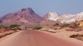 有霍尔木兹海岛色的沙漠山的路  伊朗 股票视频