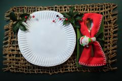 有霍莉的被吹奏的手工制造板材和在圣诞老人套餐巾用的小环的欢乐红色餐巾 免版税库存图片