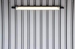 有霓虹灯的灰色墙壁 免版税库存图片