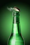 有霜和蒸气的冷的湿啤酒瓶 免版税库存图片