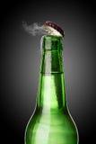 有霜和蒸气的冷的湿啤酒瓶 图库摄影