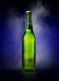 有霜和蒸气的冷的湿啤酒瓶 库存图片