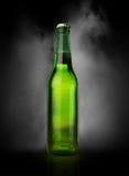有霜和蒸气的冷的湿啤酒瓶 免版税库存照片