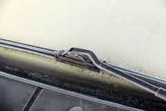 有霜的汽车刮水器 库存图片