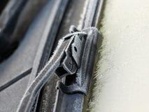 有霜的汽车刮水器 库存照片