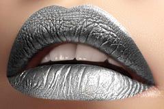 有霜银颜色构成的特写镜头嘴唇 时尚庆祝补偿新年 发光的圣诞节闪烁嘴唇样式 免版税库存照片