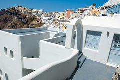 有露台的典型的陷下的房子在圣托里尼(锡拉)海岛上的Fira镇在希腊 免版税库存图片