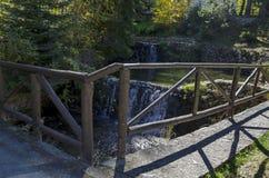 有露台的河、瀑布和不同地树的老公园Tsarska或皇家Bistritsa在令人尊敬的秋季森林里 图库摄影