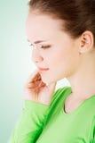 有青少年的妇女可怕的牙疼痛。 免版税库存照片