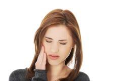有青少年的妇女可怕的牙疼痛 免版税库存图片