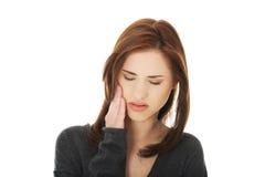 有青少年的妇女可怕的牙疼痛 库存图片