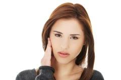 有青少年的妇女可怕的牙疼痛 免版税库存照片