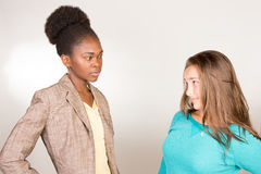 有青少年的学生的年轻黑人老师 库存图片