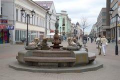 有青蛙的喷泉在街道Bauman上,多云可以下午 喀山,鞑靼斯坦共和国 免版税库存照片