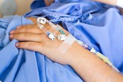 有静脉内滴水的一名手病人 免版税库存照片