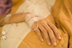 有静脉注射液和Medicut引伸的一个女孩 图库摄影