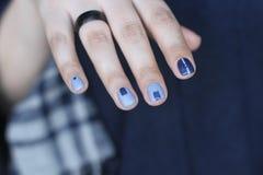 有非凡修指甲的美好的女性手 在蓝色的创造性的钉子设计 超指甲油的时髦的颜色 免版税库存照片