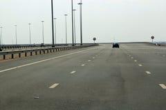 有非常少量汽车的五条车道高速公路 免版税库存图片