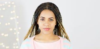 有非洲发型微笑的年轻黑人妇女 穿桃红色礼服的女孩 E 免版税库存照片