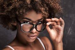 有非洲的佩带的镜片的女孩 库存照片