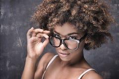 有非洲的佩带的镜片的女孩 免版税库存照片