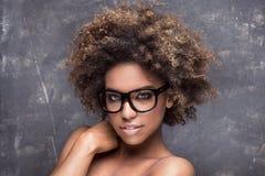 有非洲的佩带的镜片的女孩 库存图片