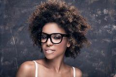 有非洲的佩带的镜片的女孩 免版税图库摄影