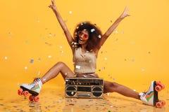 有非洲的发型投掷的confe的美丽的年轻非洲妇女 免版税库存图片
