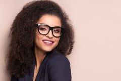 有非洲的发型的典雅的夫人 免版税图库摄影
