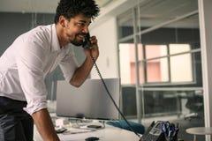有非洲的商人在输送路线电话的交谈 Busi 免版税库存照片