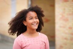 有非洲的头发的愉快的非裔美国人的女孩 免版税库存照片