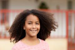 有非洲的头发的愉快的非裔美国人的女孩 免版税库存图片