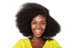 有非洲的头发的笑反对被隔绝的白色背景的愉快的年轻非裔美国人的妇女的关闭 免版税图库摄影
