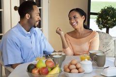 有非洲裔美国人的早餐的夫妇健康 免版税库存照片