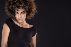 有非洲发型摆在的非裔美国人的妇女 免版税图库摄影