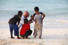 有非洲孩子的白人 库存图片