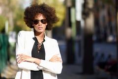 有非洲的发型的年轻黑人妇女与飞行员太阳镜 库存照片